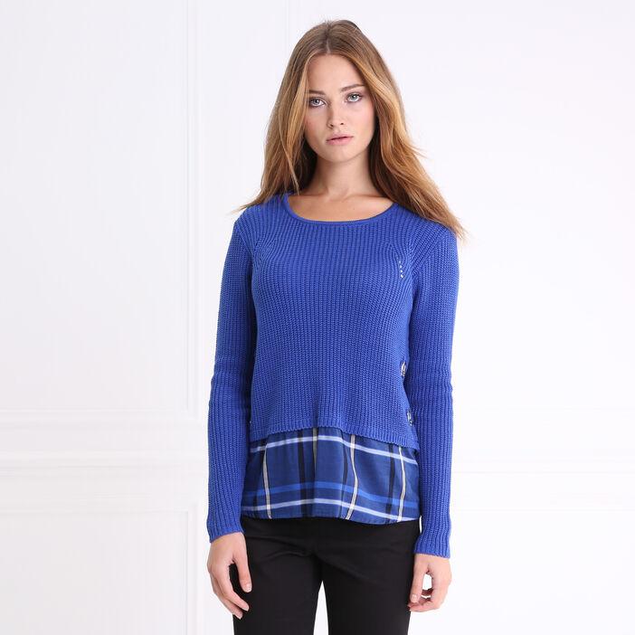 Pull col rond maille unie détail chemise bleu roi femme
